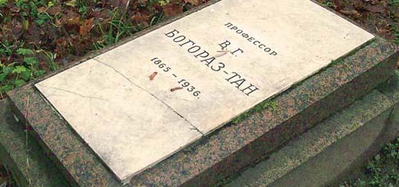 Могила писателя на Литераторских мостках
